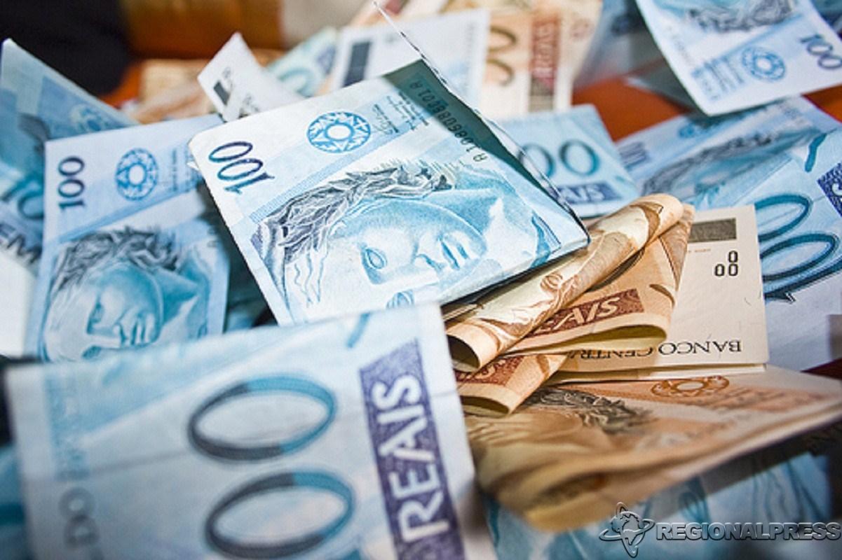 Imagem de várias cédulas dobradas de 100 reais e 50 reais, que representam o valor do resultado da LOTOMANIA